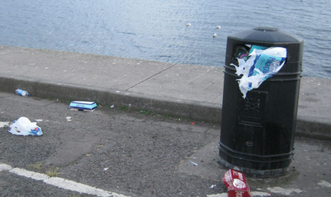 The Beachwatch group's photo of an overflowing bin at Broughty Ferry.