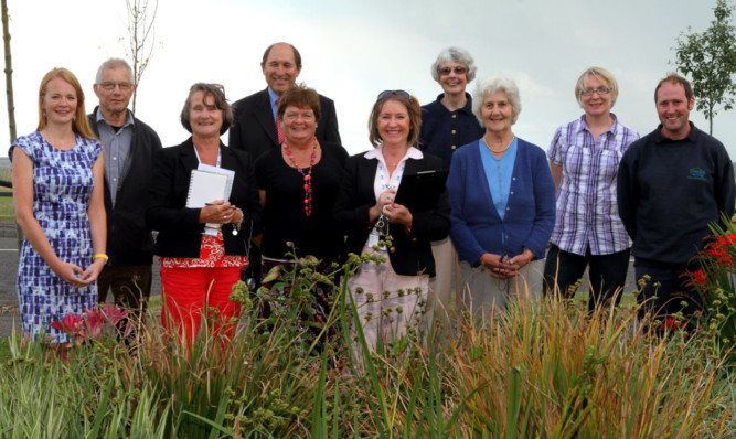 Members of the Broughty in Bloom committee with judges Lorna Mutch and Kate Stevenson.