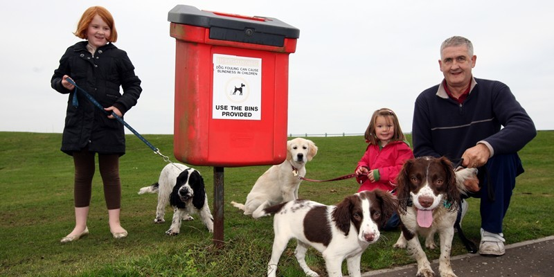 Steve MacDougall, Courier, Links Parade, Carnoustie. Anti Dog Fouling Campaign in Carnoustie. Pictured, some responsbile dog walkers, left to right, Eryn Torrie (aged 9 on Thursday, name correct) holding 'Woody', at the back is cousin Rowan Scott (aged 4) holding 'Annie' and at the front is their neighbour Alexander Smith with Sid (left) and Max (right).