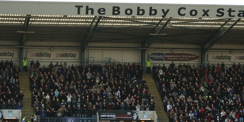 Football, Dundee v Partick Thistle.   The Dundee players and fans applaud the late Bobby Cox at Dens Park.