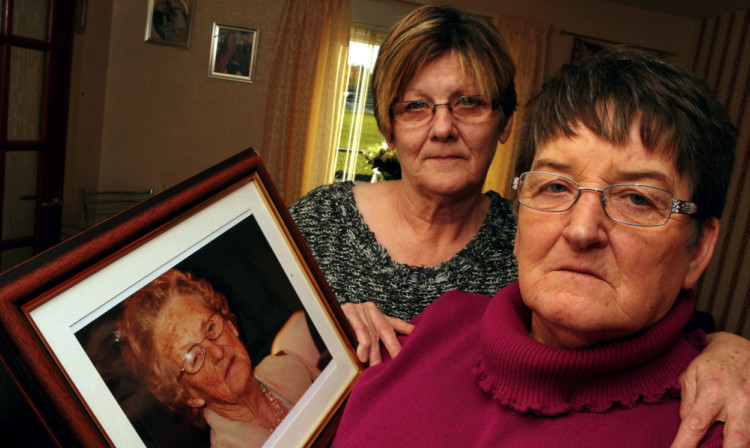 Phyllis Farley (left) and sister June Redpath with a picture of their mum, Betty Farley.