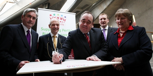 Steve MacDougall, Courier, Holyrood, Edinburgh. Perth City Status bid being supported by Party Leaders. Pictured, left to right is Labour's Ian Gray, Provost John Hulbert, First Minister Alex Salmond, Lid Dem's Tavis Scott and Conservative's Annabel Goldie.