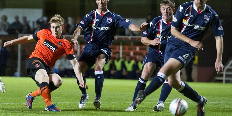 14/09/12 CLYDESDALE BANK PREMIER LEAGUE DUNDEE UTD v ROSS COUNTY (0-0) TANNADICE - DUNDEE Dundee Utd's Stuart Armstrong (left) comes close but can't break the deadline