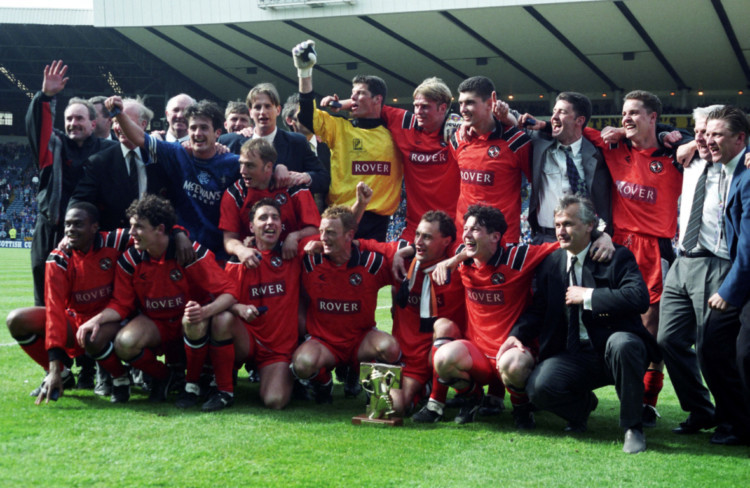 21/05/94 TENNENT'S SCOTTISH CUP FINAL DUNDEE UTD V RANGERS (1-0) HAMPDEN - GLASGOW The Dundee Utd players celebrate winning the 1993/1994 Scottish Cup after a 1-0 win over Rangers.