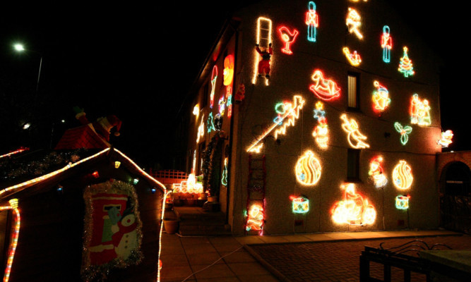 COURIER, DOUGIE NICOLSON, 08/12/14, NEWS. CHRISTMAS LIGHTS. Pic shows the house on Balunie Drive tonight, Monday 8th December 2014.