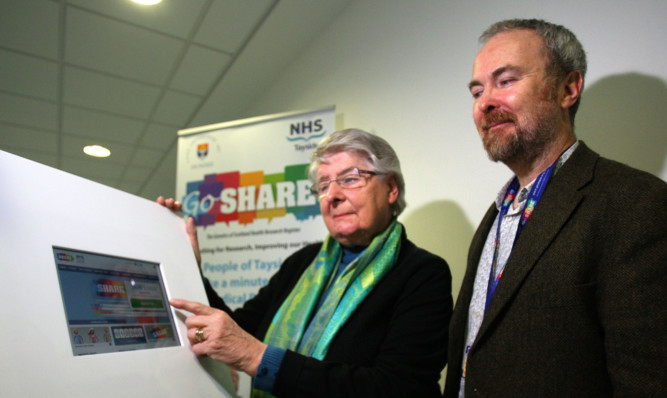 Evelyn Hood signs up for SHARE with Professor Colin Palmer.
