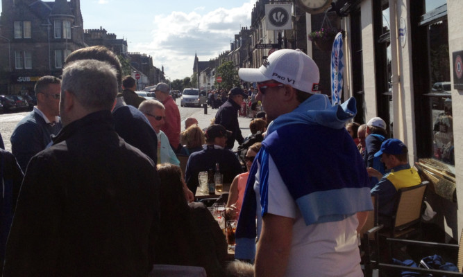 Pubs in St Andrews did a roaring trade on Saturday as golf fans were forced to find another way to fill their day.