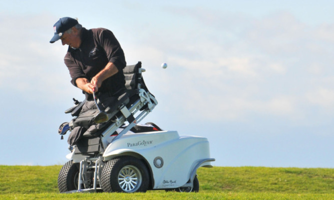 Double amputee Vietnam War veteran Jim Martinson in action on the St Andrews Old Course