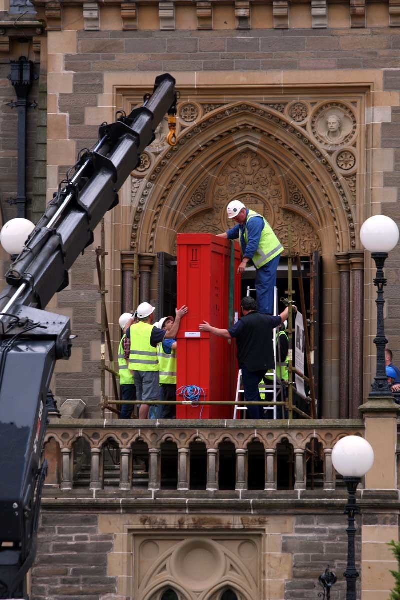 Steve MacDougall, Courier, McManus Gallery, Meadowside, Dundee. A large painting is manoeuvred into the building. Pictured, this is actually the 'empty' crate being removed.