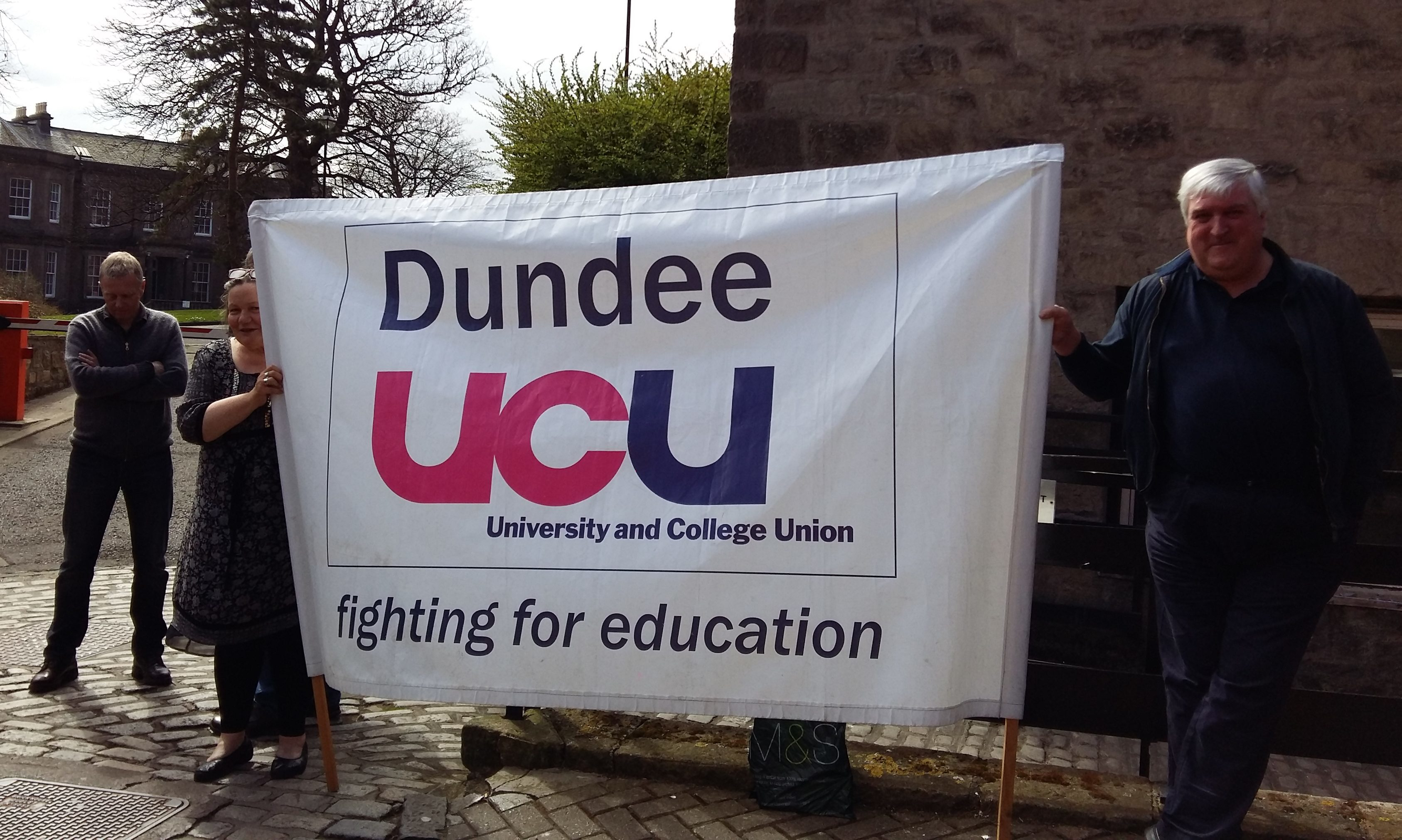 Dundee University lecturers join UK-wide strike action - The Courier