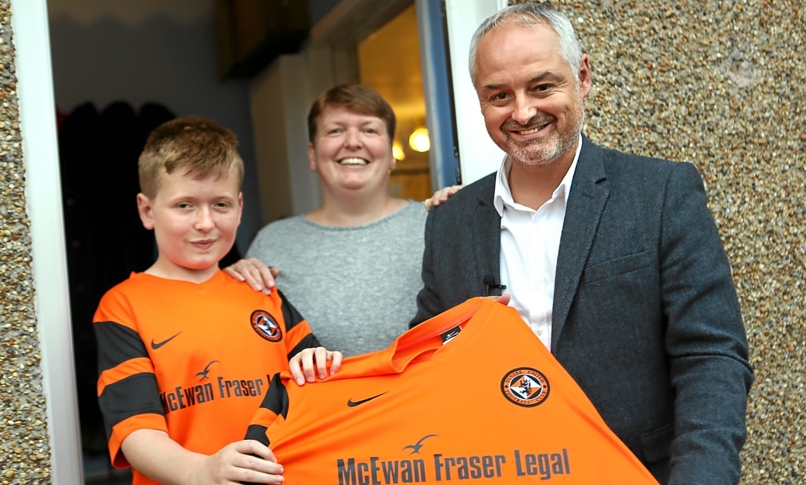 Liam Harris with mum Denise and Dundee United manager Ray McKinnon.