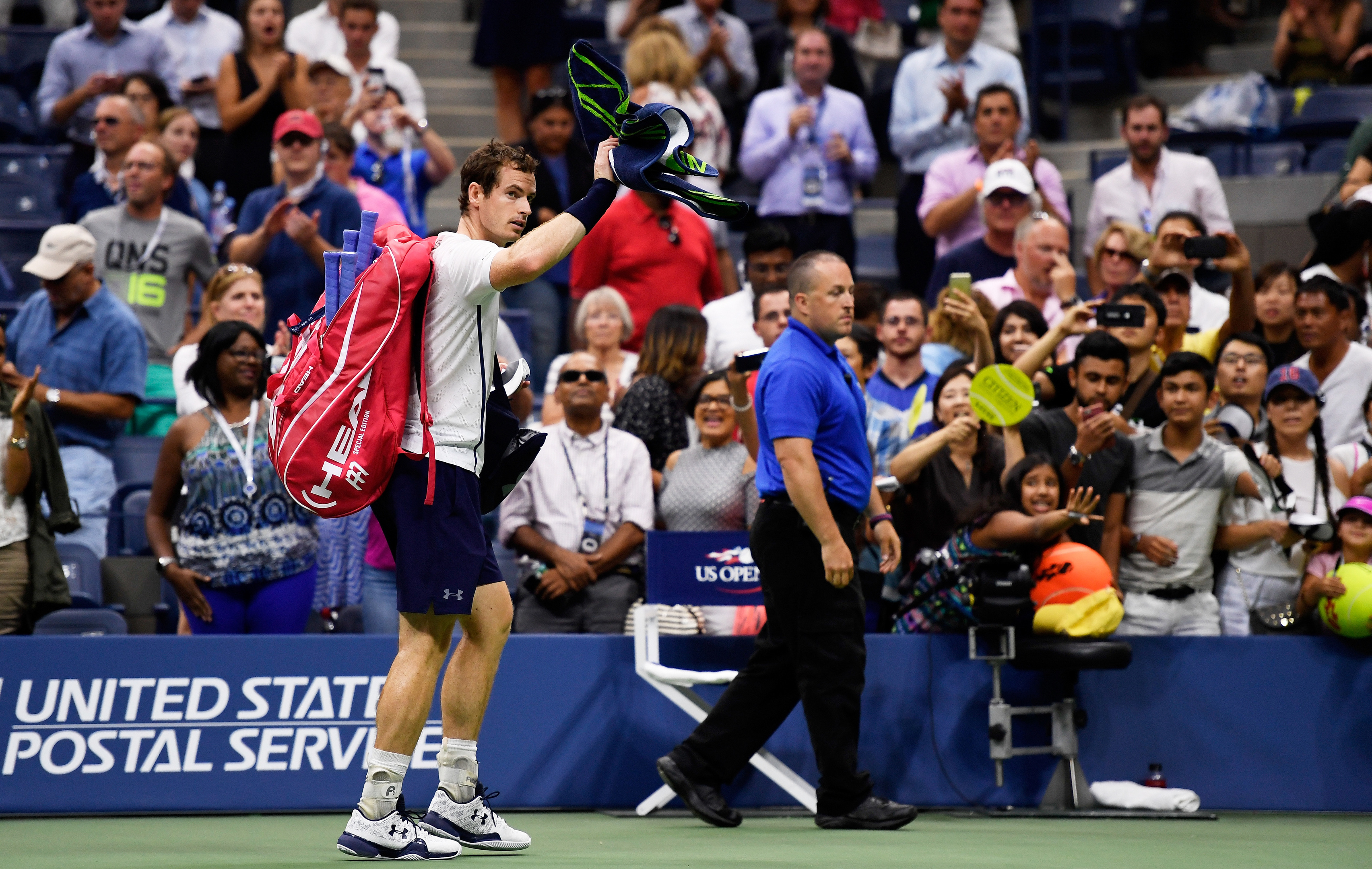 Andy Murray leaves the Flushing Meadow court after his defeat.