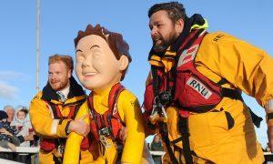 Ewan Philp and station mechanic Scott Huggins bring Oor Lifesaver ashore.