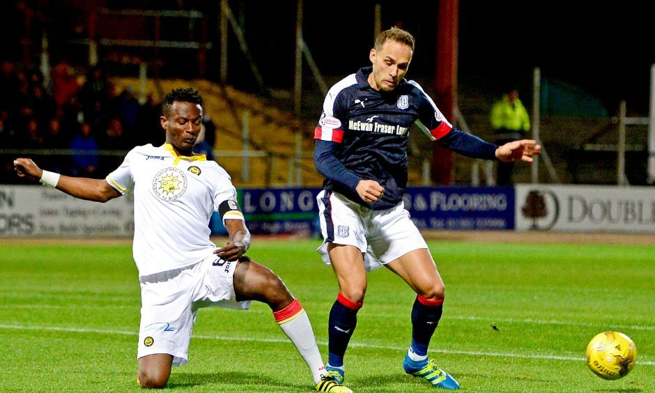 26/10/16 LADBROKES PREMIERSHIP     DUNDEE V PARTICK THISTLE     DENS PARK - DUNDEE     Dundee's Tom Hateley (R) and Patrick Thistle's Abdul Osman
