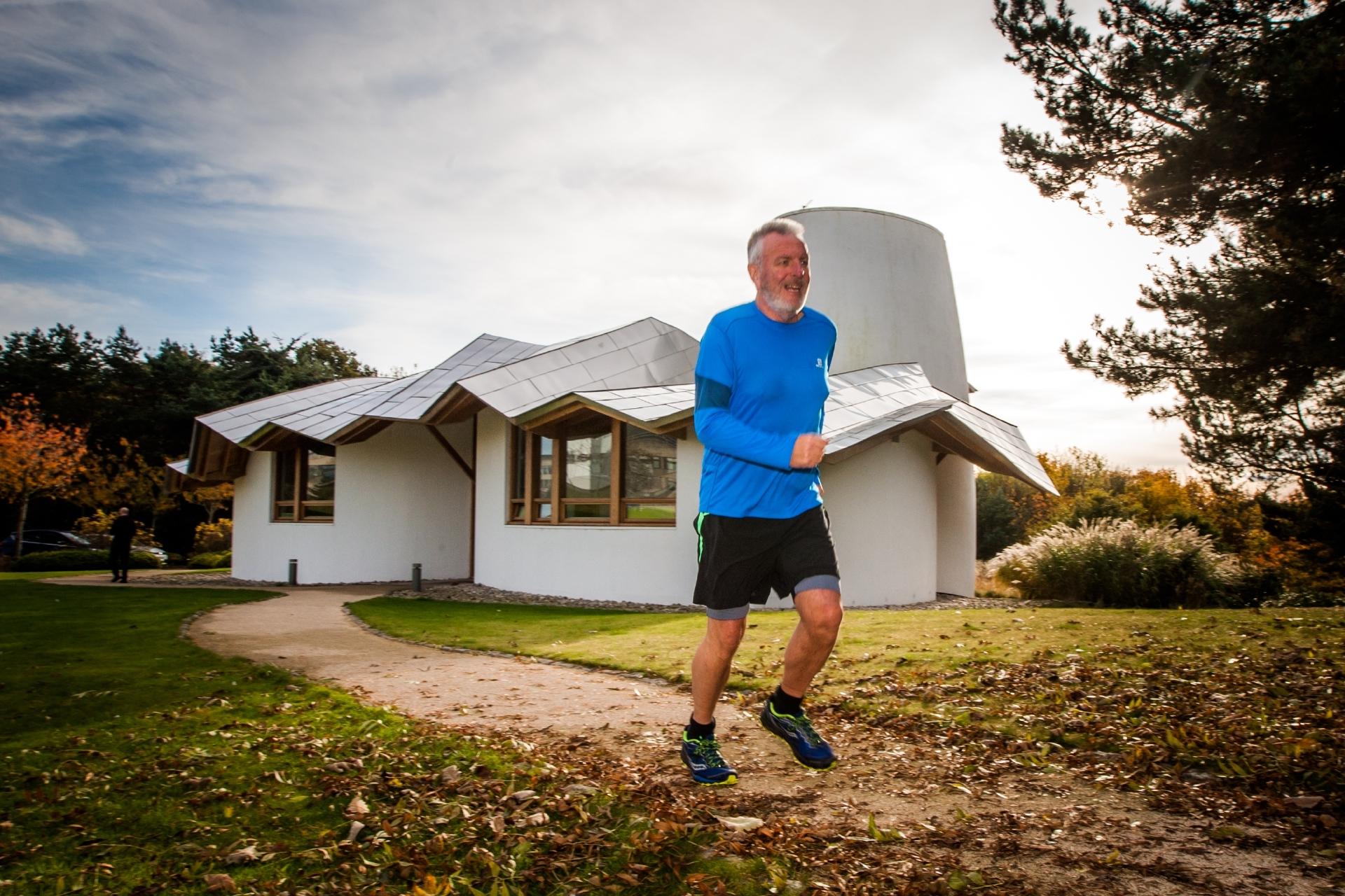 Eric Hamilton runs past Maggie's Dundee during training for the 2017 London Marathon.