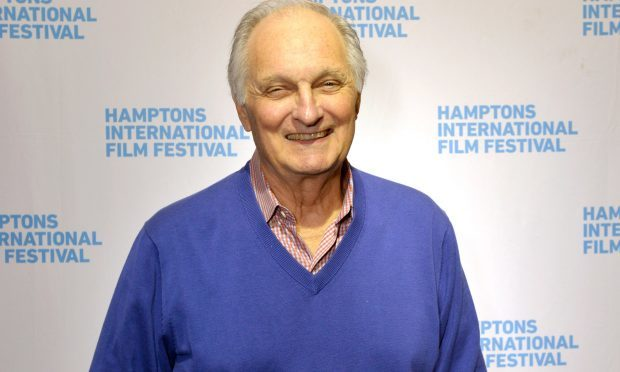 Alan Alda will receive an honorary degree from Dundee University.