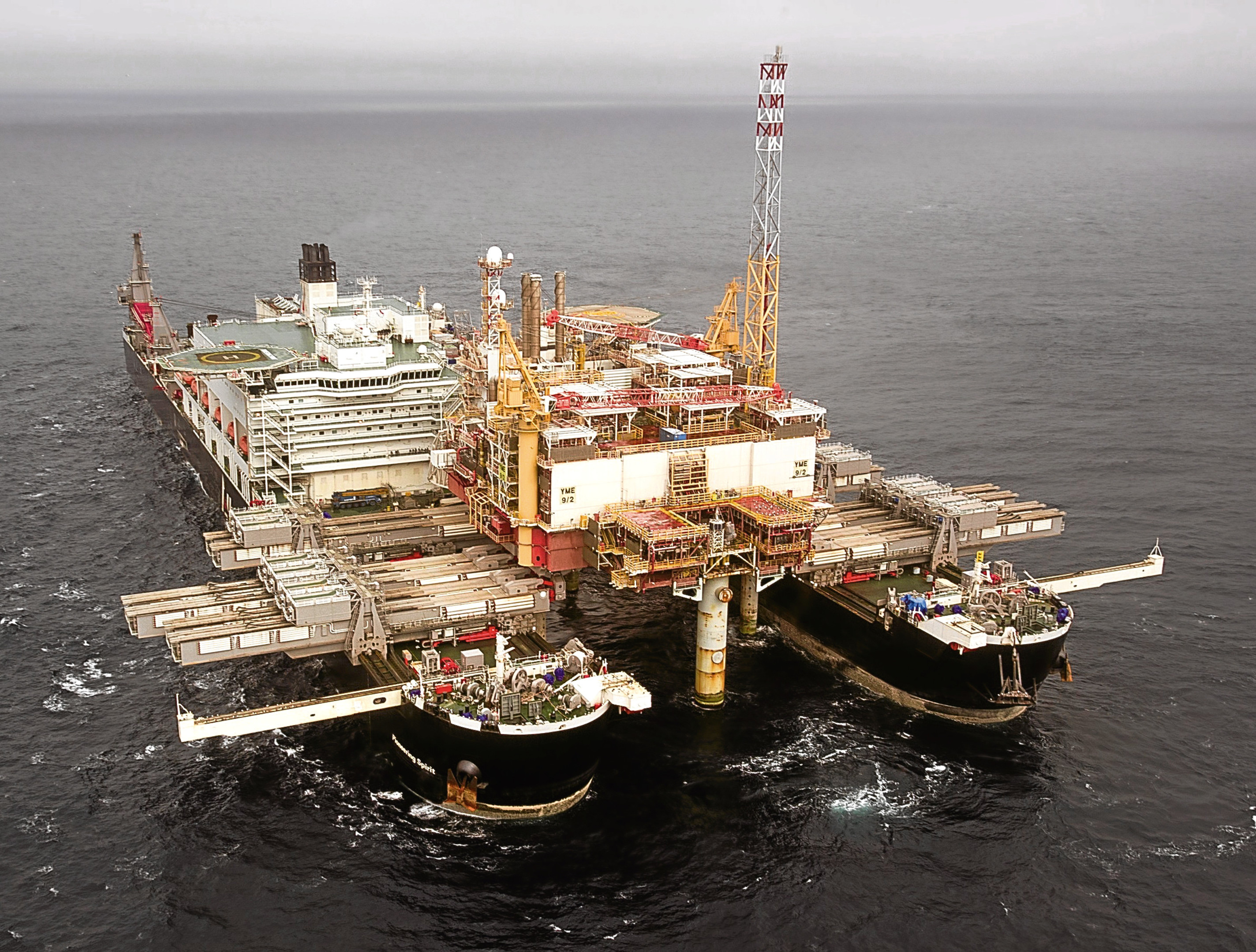 The Pioneering Spirit lifts the Brent Delta topsides from its base.