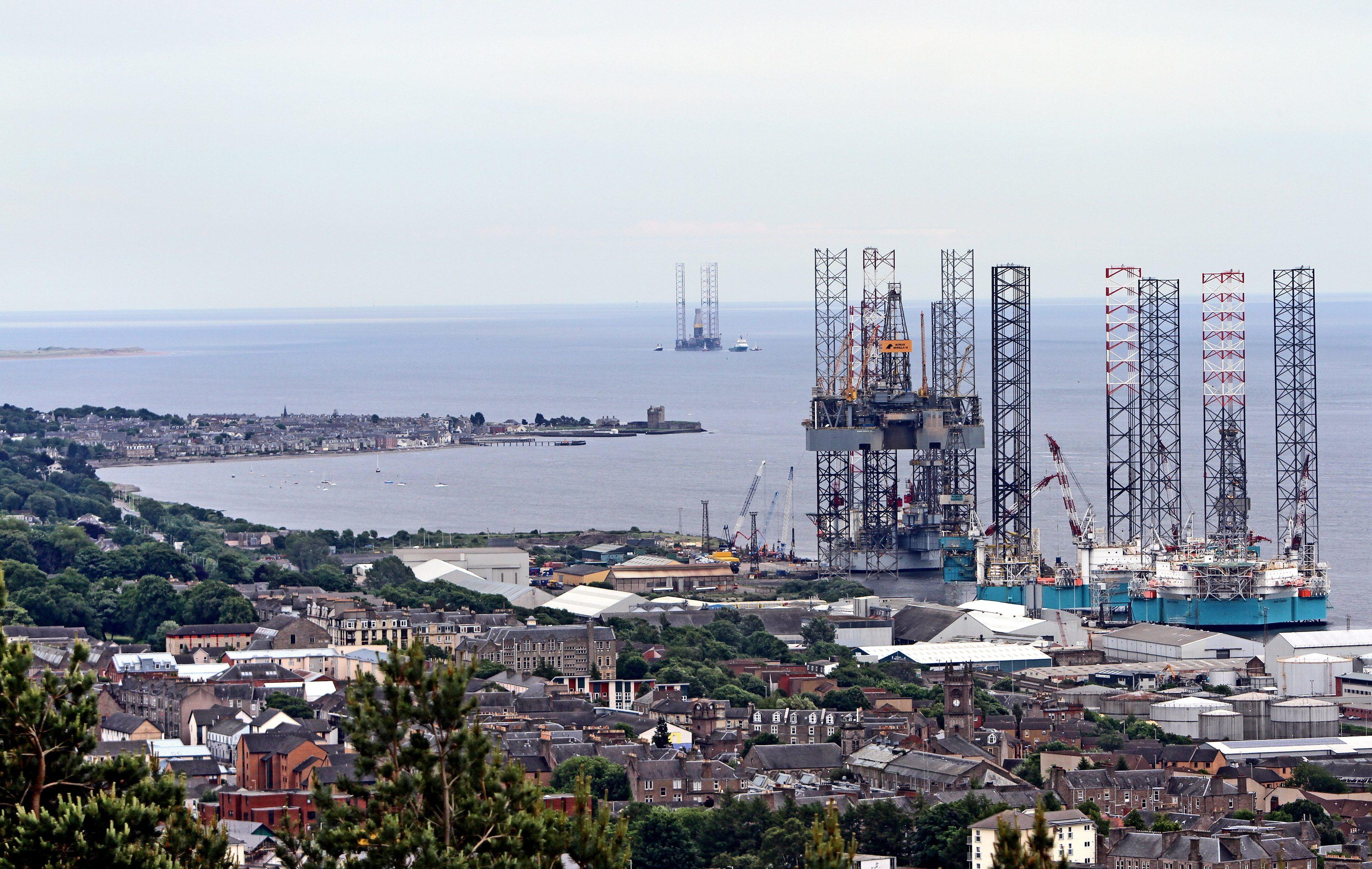The Rowan Gorilla V Oil Rig arrives in Dundee Port.