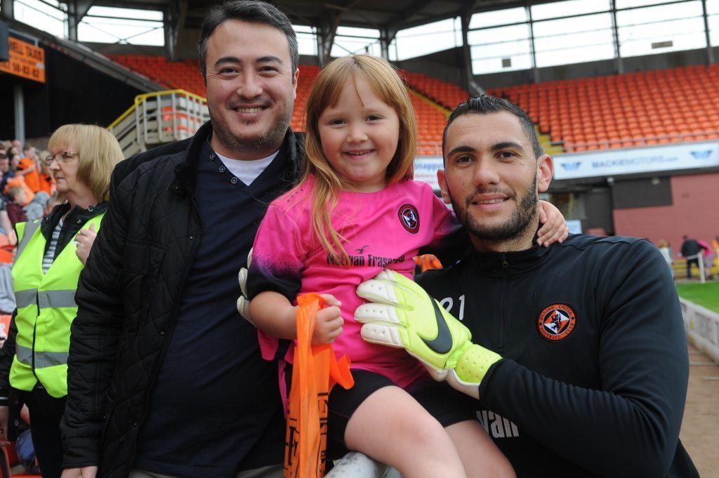 Turkish fans meet the Turkish player. Sonay Demir and Azra Demir (4) with Deniz Mehmet.