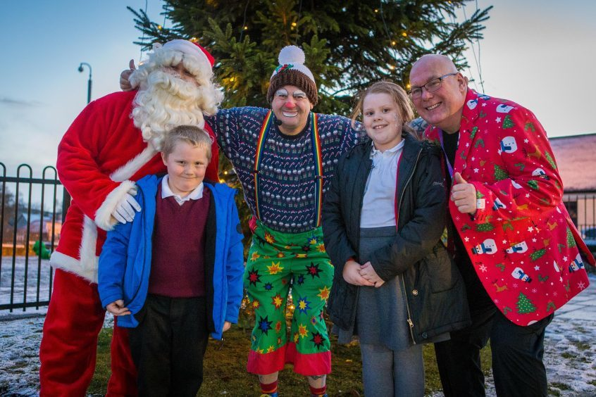 Lights winners Bobby (6) and Bethany Anderson (8) along with Santa, Cobblers The Clown and Colin Baird, at the Christmas Tree in Kelty.