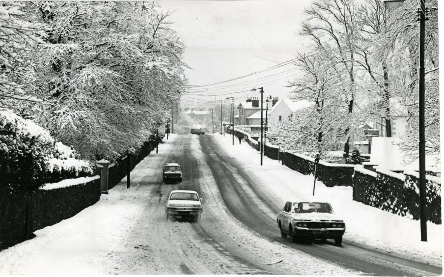 A winter scene in Broughty Ferry as motorists negotiate Dundee Road in the snow. 10/1/1979.