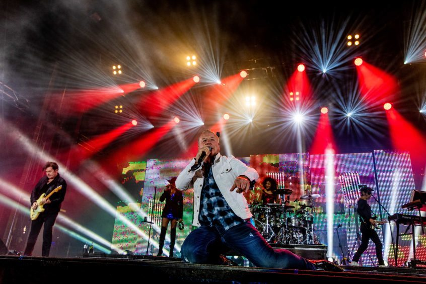 Jim Kerr on stage