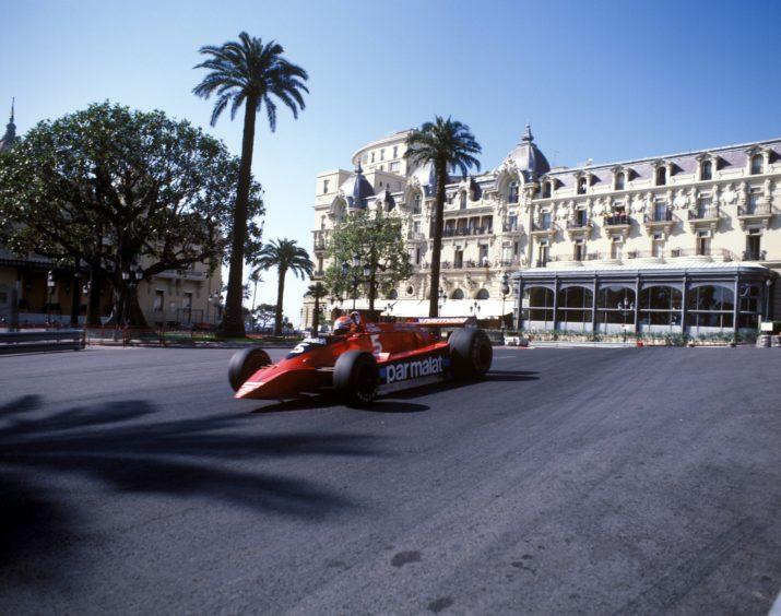 Niki Lauda (Österreich / Brabham Alfa Romeo) in der Casino Kurve.