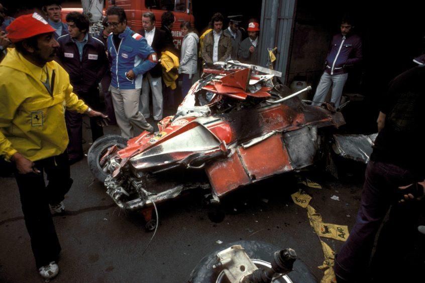 Überreste des Ferrari-Boliden von Niki Lauda (Österreich) nach seinem schwerem Unfall.