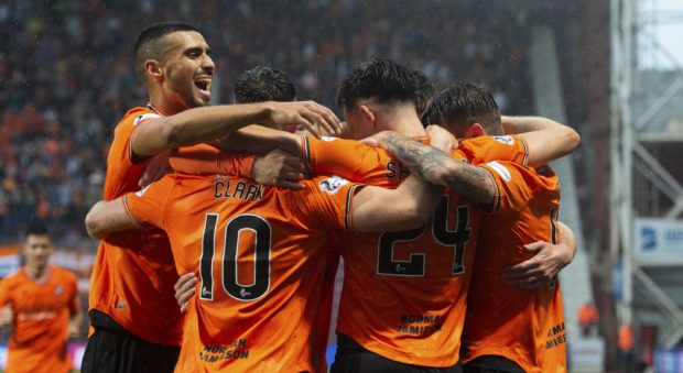 United's players celebrate Lawrence Shankland's goal.