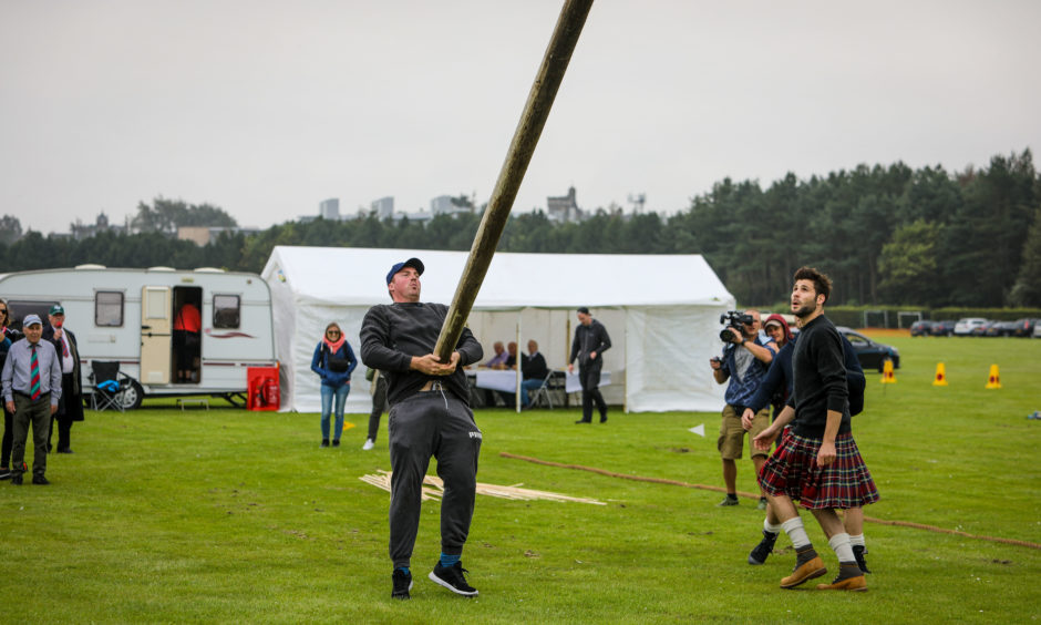 A small lesson in correct method to 'Toss The Caber'.