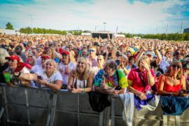 Fans were treated to perfect weather at DunDee80s in Slessor Gardens.